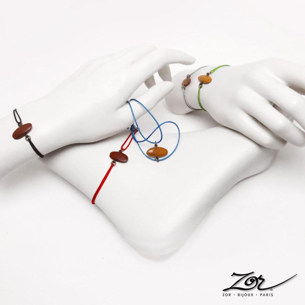 Bracelet lacet de poignet et cheville, galet en bois exotique couleur rouge acajou. Cordon réglable pour femme et homme ethnique. Bijou fantaisie Zor Paris