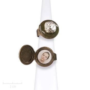 Bague médaillon réglable et ésotérique, habillé d'une grande pierre. S'ouvre pour cacher deux photos. Bijou Zor Paris fantaisie. Cristal blanc Swaro