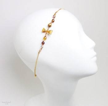 Accessoire de mode romantique pour cheveux. Bijou de tête réglable, perle cristal, noeud or et chaine dorée. Fantaisie de créateur - Atelier Zor Paris 1