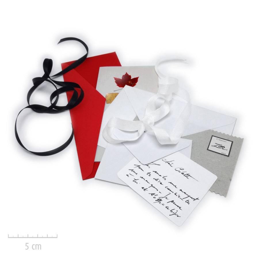 Les créations Zor bijoux emballent vos cadeaux et propose des options: message manuscrit personnalisé, carte, enveloppe rouge. Atelier Paris