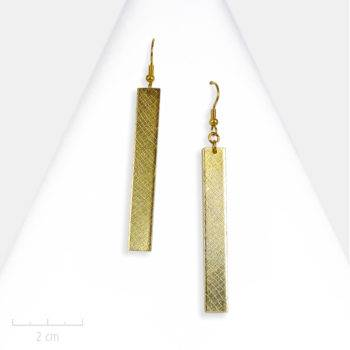 Longue boucle d'oreille pendante, sensuelle en rectangle doré. Esprit bohème, classique chic, géométrique, sobre et habillé. Zor Paris art contemporain