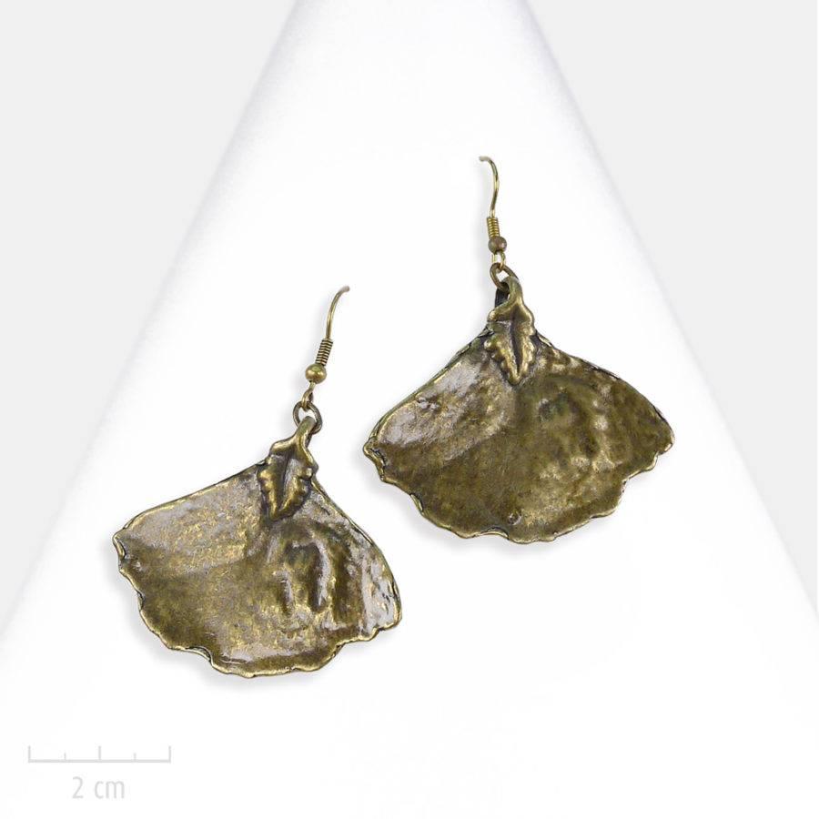Boucle d'oreille bohème pendante et percée en feuille de ginkgo. Design fantaisie, bijou bronze vintage. Zor Création Paris