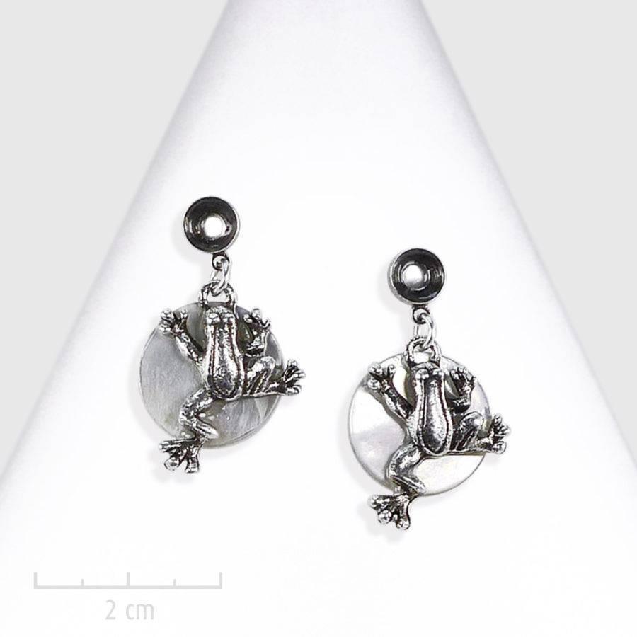 Boucle d'oreille Ludique. Bijou animal, petite grenouille sur nacre, argent blanc. Création Sébicotane, atelier Zor Paris