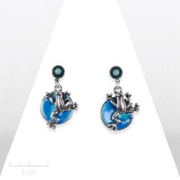 Boucle d'oreille turquoise bleu ludique, pendante. Petite grenouille et nacre fine. Animal symbole de chance. Email, argent, cristal. Création Sébicotane, Zor