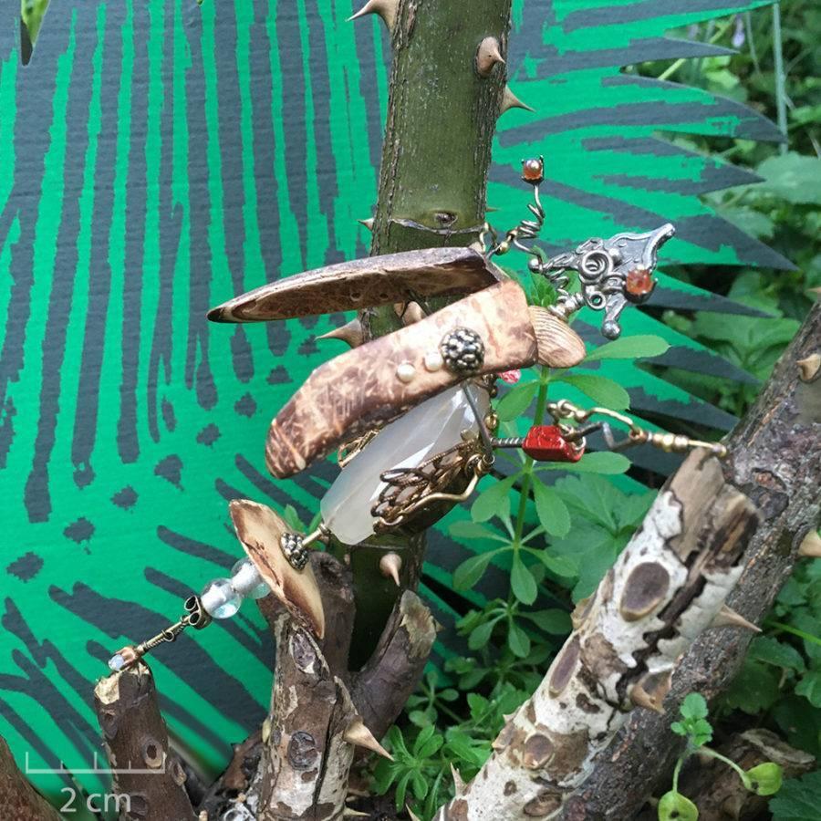 Grand insecte phasme sous cloche. Bijou unique. Broche précieuse habillée de pierre fine quartz vert. Insecte fantaisie, Art et création haut de gamme Zor Paris