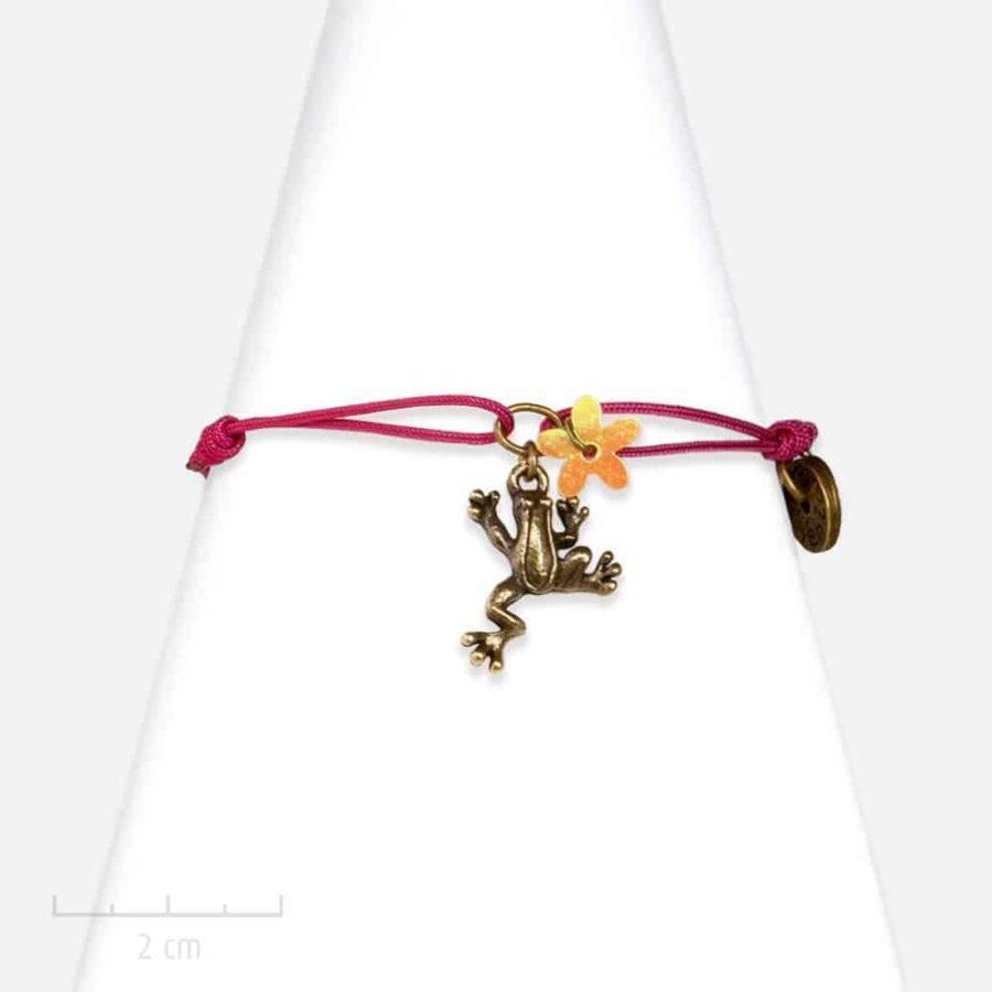Bracelet ludique et poétique. Grenouille sur lacet, bijou fantaisie, animal totem. Création Sébicotane, Zor Paris