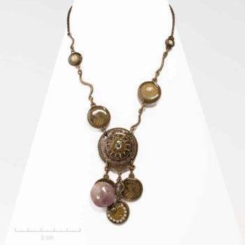 Collier pendentif ethnique précieux. Bijou talisman africain, pierre agate. Création fantaisie. Atelier Zor Paris 2