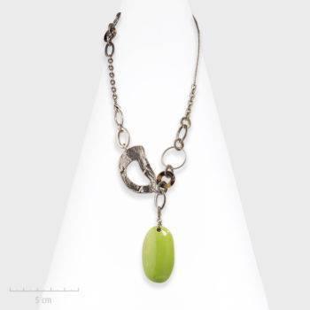 Collier pendentif moderne vert, argent et céramique ovale. Chaîne contemporaine modulable et design fantaisie. Création Zor Bijou Paris