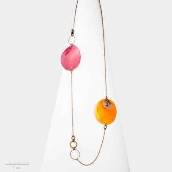 Collier ludique fantaisie, long sautoir orange. Rond de nacre habillé d'une grenouille symbole de chance, création Sébicotane. Zor Bijou Paris