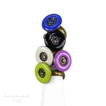 Bague Moderne ronde façon laque et bonbon multicolore. Email, cristal, bijou fantaisie des Création Zor Paris