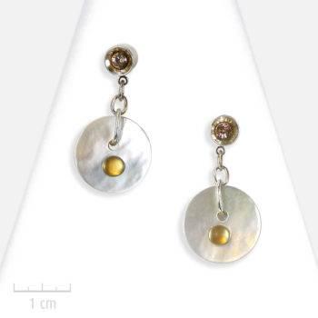 Boucles d'oreilles moderne. Lune: rond de nacre et argent, symbole de beauté. Création de bijou semi-précieux pour femme. Zor Paris