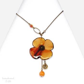 Collier ludique porte-bonheur. Fleur orange, pavot, coquelicot ou trèfle. Création de bijou fantaisie Sébicotane et Zor.