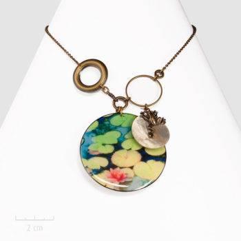 Collier Ludique, pendentif fantaisie avec une photo de nénuphar. Bijou insolite, la grenouille sur la nacre, une création Sébicotane & Zor à Paris 2