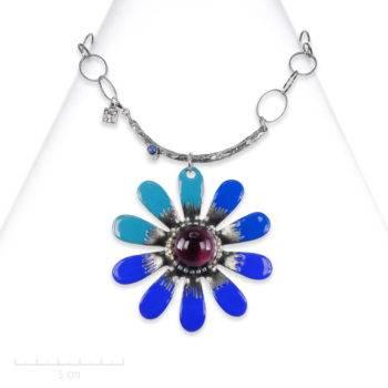 Collier Ludique pendentif,grande marguerite émaillée. Bijou fantaisie luxueux, argent et cristal de l'atelier Zor paris