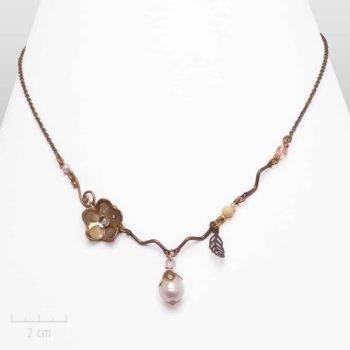 Collier Romantique: bijou de saison, nacre et cerisier en fleur, un porte-bonheurcélèbre au Japon.Fantaisie et création Zor Paris
