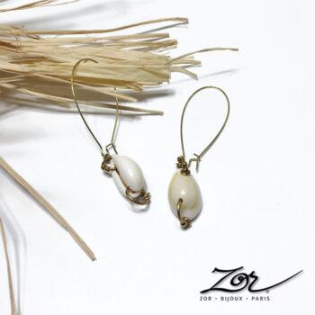 Longue boucle d'oreille Ethnique, coquillage porcelaine pour oreilles percées. Création pendante, style cauris et percing. Bijou nacre, fantaisie d'été et de mer. Bijoux pour femmes Zor Paris