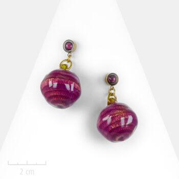 Boucle d'oreille Moderne or, percée. Boule bonbon Lollipop, violet fuchsia. Création de bijou Zor Paris