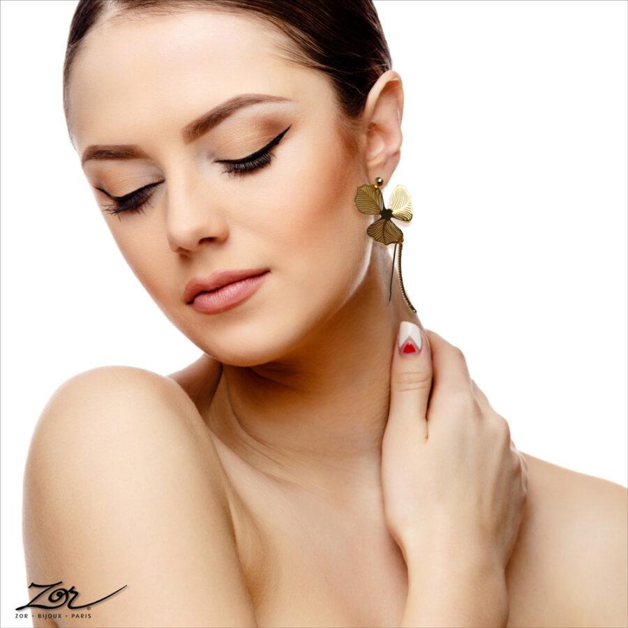 Boucle d'oreille Romantique grande et précieuse pour oreilles percées. Création de fleur, alisma d'or pour mariée et mannequin. Bijou Zor Paris 3