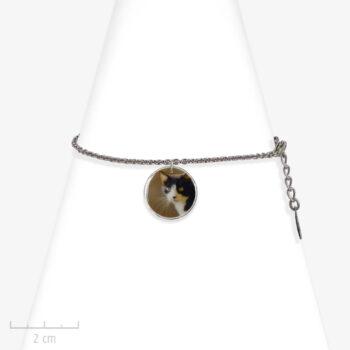 Bracelet enfant à photo de chat. Pendentif animal, charm rond sur chaîne fine argent. Création Sébicotane. Bijou Zor Paris