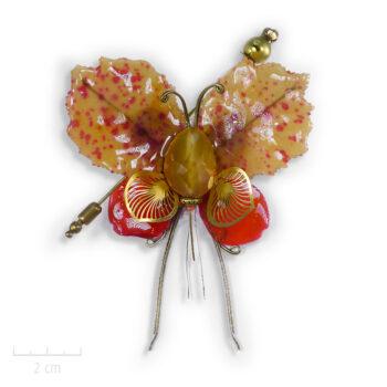 Broche unique ornée d'une pierre semi-précieuse orange jaune. Chimère Fourmi Miel, insecte phasme de cabinet de curiosité. Entre bijou et Art. Zor Paris 1