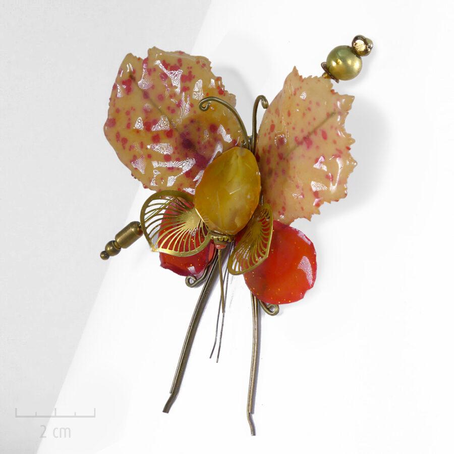 Broche unique ornée d'une pierre semi-précieuse orange jaune. Chimère Fourmi Miel, insecte phasme de cabinet de curiosité. Entre bijou et Art. Zor Paris 2