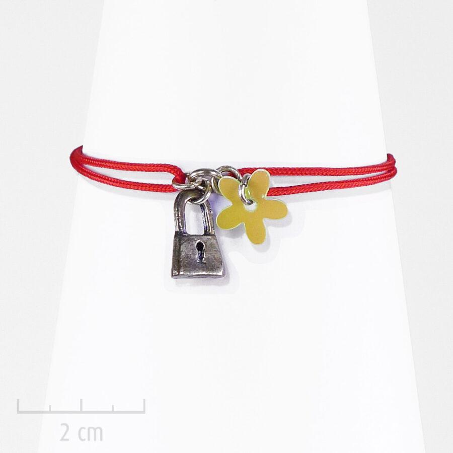 Bracelet Enfant pour fille fantaisie. Un cadenas argent en charm sur un lacet rouge en symbole d'amour et amitié. Bijou Sébicotane, Création Zor Paris