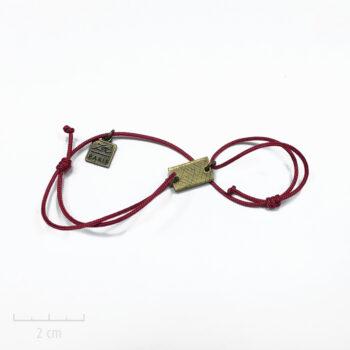 Bracelet Bohème femme, plaque bronze et style army. Bijou contemporain, cordon rouge bordeaux à nœud coulissant. Fantaisie création Zor Paris