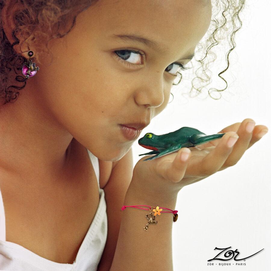 Bracelet lacet Enfant. Charm animal totem, figurine grenouille, symbole chance bijou fille fantaisie, Création Zor Paris