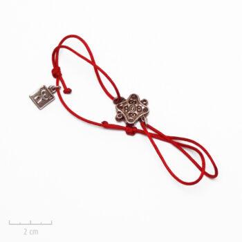Bijou Homme baroque.Bracelet cordon rouge bordeaux à noeud coulissant. Médaille carrée exotique et art oriental, argent vintage. Zor Paris.