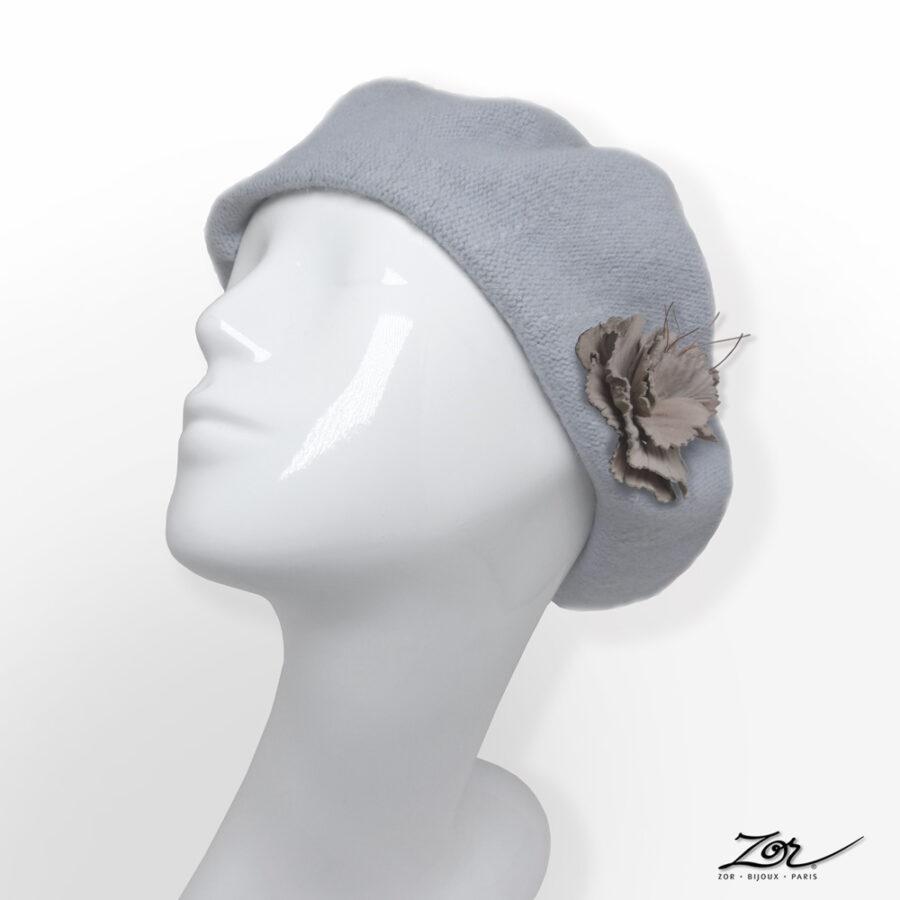 Accessoire, customiser un chapeau: broche pince fleur en cuir sur béret gris clair. Site Zor Paris création