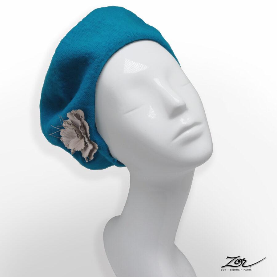 Accessoire, customiser un chapeau: broche pince fleur en cuir sur béret, toque turquoise. Site Zor créateur Paris 4