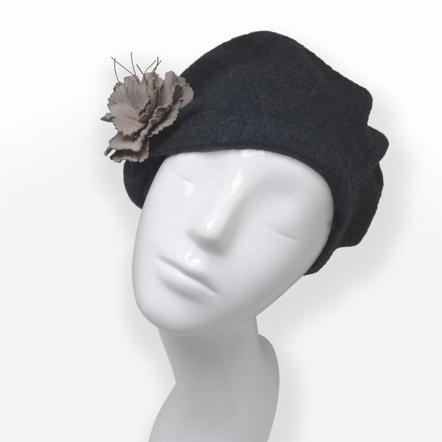 Accessoire de mode: Customiser un chapeau, vêtement d'une broche fibule. Fleur de cuir nude sur béret en laine. Site créateur Zor Paris 3
