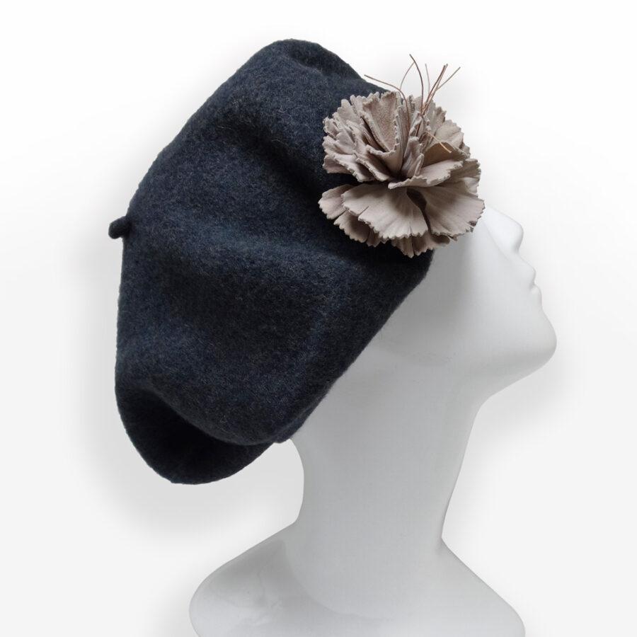 Accessoire de mode: décorer un chapeau, vêtement d'une broche pic. Fleur de cuir sur béret gris en laine. Boutique Zor Paris 2
