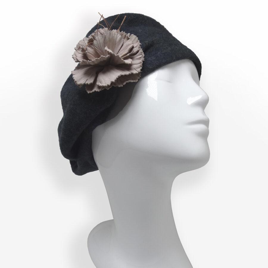 Décorer, habiller: chapeau, casquette, béret gris en laine d'une broche fleur de cuir marron nude. Boutique Zor Paris 1