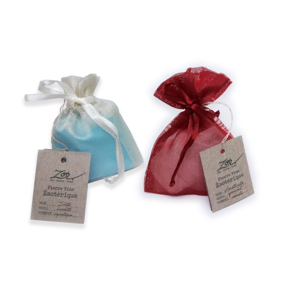 Emballage cadeau de bijou, pochette en tissus rouge ou bleu et étiquette symbolique et vertu de pierre fine. Zor Paris 1
