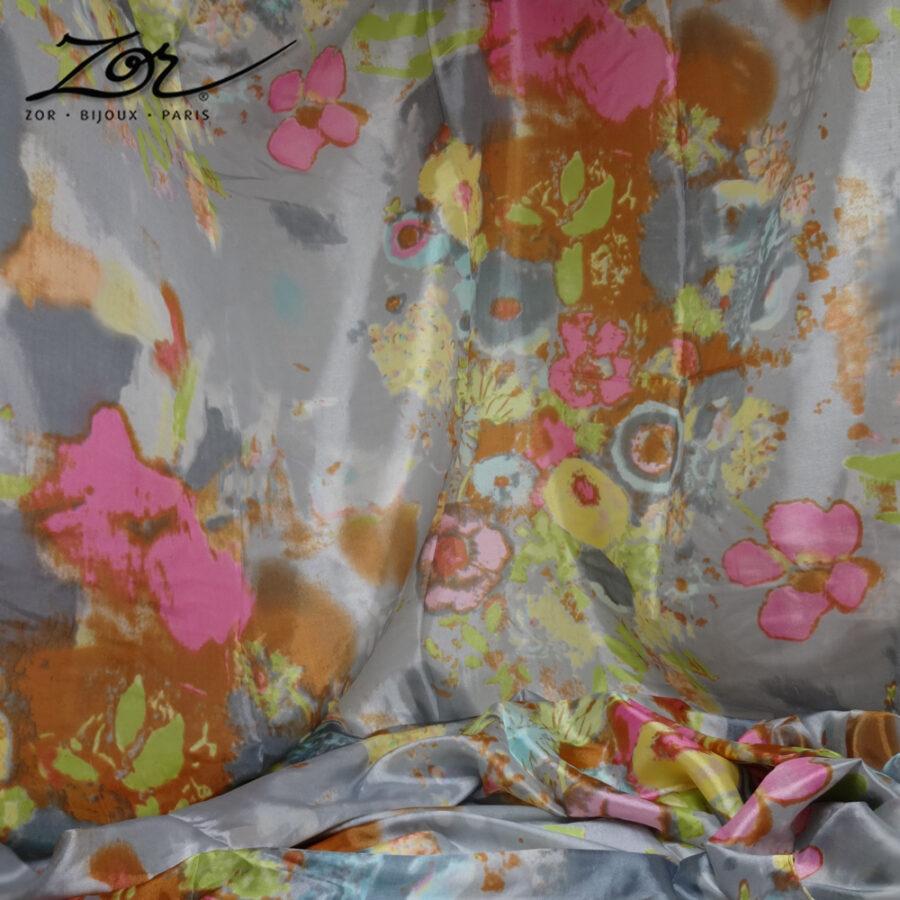 Grand foulard rectangle gris, accessoire doux, 100% soie. Étole en couleur, peinture aquarelle tableau de fleur. Zor Paris 3