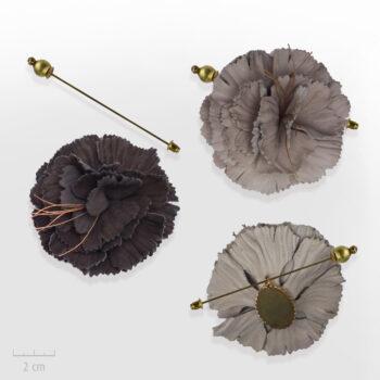 Broche Bohème de chapeau ou habit, modulable en pendentif. Grande fleur de cuir marron glacé, brun foncé. Bijou fabriqué en France, Zor Paris 1