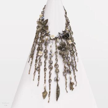 Collier haut de gamme, grand plastron floral à fleur, feuille bronze. Bijou haute fantaisie en pierre naturelle. Artisan d'art, créateur Zor Paris
