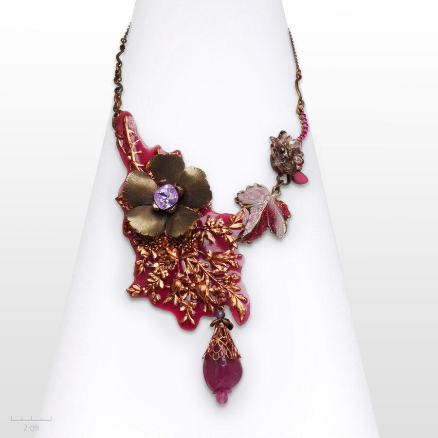 Collier Romantique, fleur à offrir en plastron vintage et baroque. Grande création de bijou haut de gamme fuchsia rouge . Zor Paris