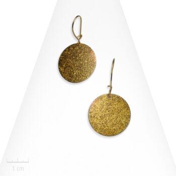 Boucle d'oreille Moderne percée à petit pendant rond scintillant. Pastille jaune bronze clair. Bijou Zor France
