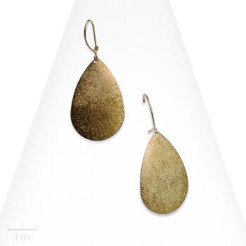 Boucle d'oreille Moderne percée à petit pendant sablé. Pastille en goutte à effet scintillant, jaune bronze clair. Bijou Zor France